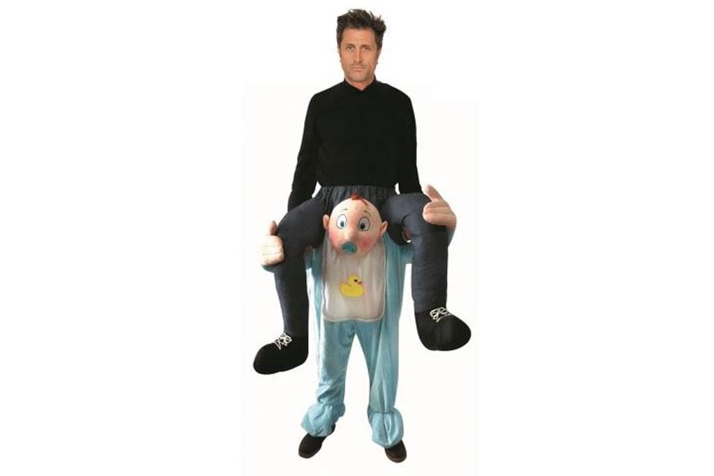 Baby draagt man